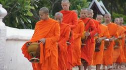 szerzetesek alamizsnagyűjtése Luang Prabangban