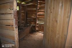 """rekonstruált barakk belsője Recsken - a """"fürdőszoba"""""""