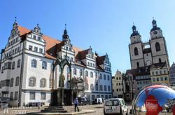 Wittenberg főtere a régi városházával és a Mária-templommal