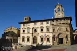 a Városháza és a Szűz Mária-templom Arezz főterén