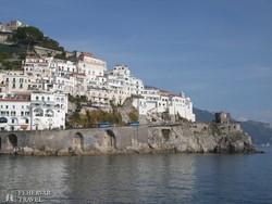 pillantás Amalfi keleti részére a tenger felől