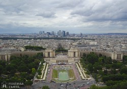 a Chaillot palota (háttérben a Défense negyed) az Eiffel-toronyból
