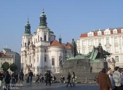 a prágai Szent Miklós-templom az Óváros tér felől