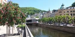 a gyógyító vizeiről híres Karlovy Vary