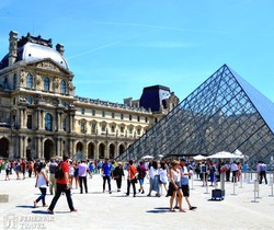 a Louvre az üvegpiramissal – részlet