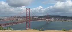 panoráma Lisszabonra és az Április 25-e hídra