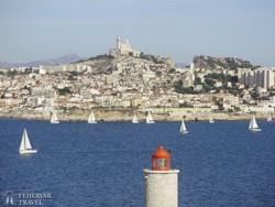 Marseille kikötője a Notre-Dame de la Garde bazilikával
