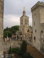 az avignoni Notre-Dame a Pápák Palotája szomszédságában