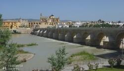 a Római híd Córdobában, háttérben az óváros