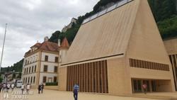 a várkastély lábainál fekvő modern Parlament Vadúzban