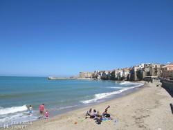 pillantás Cefalú óvárosára a tengerpartról
