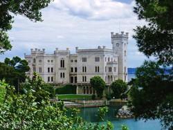 a Miramare kastély az Adriai-tengernél