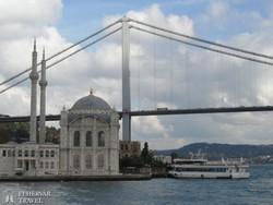 az isztambuli Ortaköy-mecset a Boszporuszról