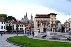 Padova dísztere, a Prato della Valle, háttérben a Szent Antal-bazilika tornyai