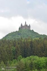 a hegytetőn magasodó Hohenzollern-vár