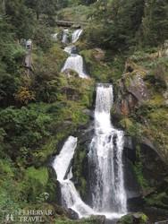 a Triberg vízesés, háttérben a Tizenkét Apostol hegylánc csúcsaival