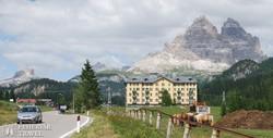 útban a Misurina-tóhoz, háttérben a Tre Cime di Lavaredo