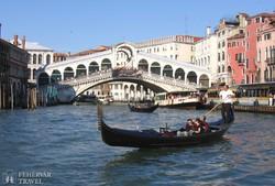 Velence: a Rialto híd a Canal Grandén