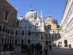 a Szent Márk-székesegyház a Doge palota udvaráról