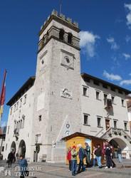 Pieve di Cadore főtere a késő középkori városházával