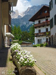 Cortina d'Ampezzo-i utcarészlet, háttérben a Dolomitok csúcsai