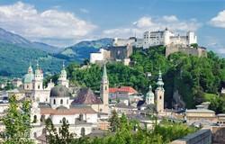a festői fekvésű Salzburg látképe a várral