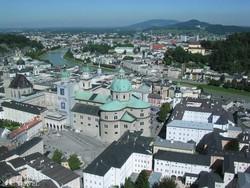 panoráma Salzburgra és a Dómra a fellegvárból