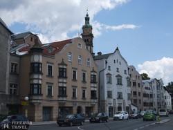 utcarészlet Hall in Tirolból, háttérben a Szt. Miklós templom tornya