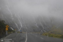 útban a Milford Sound felé esőben – 50 méterenként van egy vízesés a hágónál