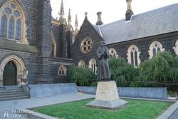 Melbourne – Assisi Szent Ferenc szobra a Szent Patrick-katedrálisnál