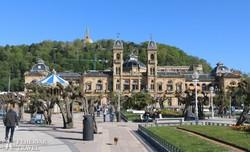 San Sebastian: a városháza épülete, háttérben a Monte Igueldo