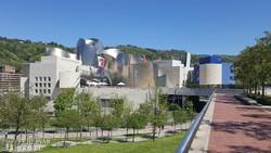 Bilbao: a Guggenheim múzeum titániumból készült szupermodern épülete