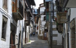 hangulatos szűk utca a hegyi kisfaluban, Candelarioban