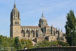 Salamanca hatalmas katedrálisa a római híd felől