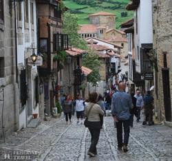 séta Santillana del Mar egy hangulatos utcáján