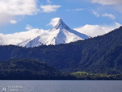 Puntiagudo vulkán a Mindenszentek tóról