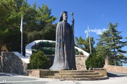 Makarios érsek szobra a mauzóleumnál