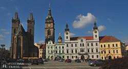 Hradec Králové főtere a Szentlélek-katedrálissal