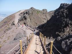 """""""sétány"""" a kráter mentén a Vezúvon"""