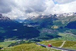 panoráma a St. Moritz-i tóvidékre a Muottas Muragl hegyről