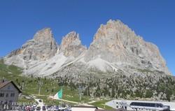 a Langkofel fenséges sziklatömbjei a Dolomitokban