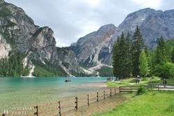a türkizben pompázó gyönyörű fekvésű Pragsi-tó
