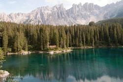 a kristálytiszta vizű Karer-tó a Dolomitokban