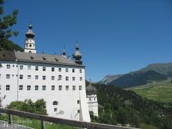 a Marienbergi kolostor az alpesi tájban