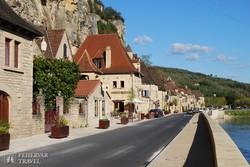 """a hegyek és a Dordogne-folyó közé """"beszorult"""" La-Roque-Gageac falucska"""