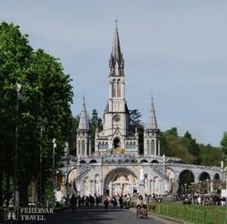 Lourdes: alul a Rózsafüzér bazilika, fent pedig Szeplőtelen fogantatás bazilika