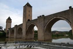 az erődített Valentré-híd a Lot folyó fölött Cahors-ban