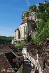 Rocamadour: középkori utca, felette a szentélyek negyede és a vár