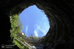 """a Padirac-barlang 32 méter átmérőjű """"szakadék-bejárata"""""""