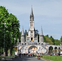Lourdes: alul a Rózsafüzér bazilika, fent pedig a Szeplőtelen fogantatás bazilika